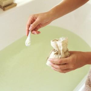 теплые ванны с успокаивающими и расслабляющими травами
