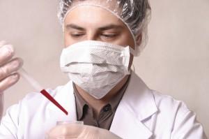 доктор с пробиркой крови в руке