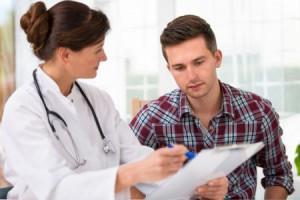 мужчина консультируется с врачом