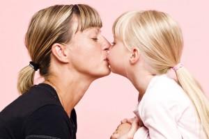 поцелуй мамы и дочки