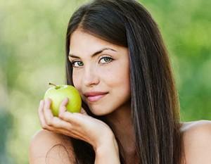 женщина с зеленым яблоком